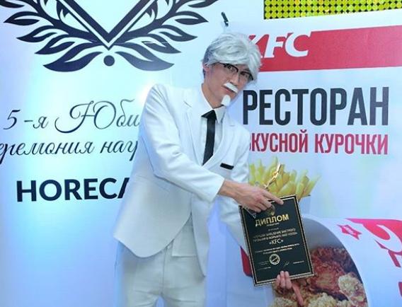 Белый костюм и галстук для Полковника Сандерса KFC